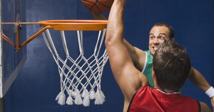 O que comer antes de um jogo de basquete. O basquete é um esporte que requer que os jogadores corram e permaneçam em movimento constante por longos períodos de tempo. Por causa disso, o que os jogadores comem durante o dia antes de um jogo é muito importante. A maneira como certas comidas afetam um jogador pode ter um efeito positivo ou negativo em como ele joga.