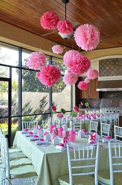 Roze pompoms voor decoratie.