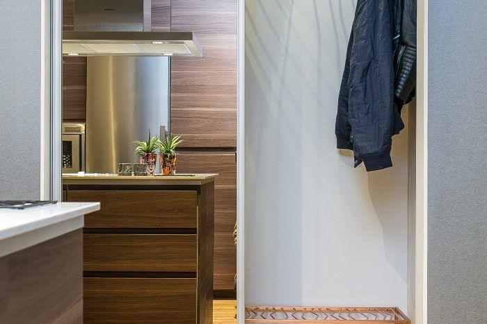 Kök, trappa och vardagsrum - Kroppkärr   Nicke Snickare