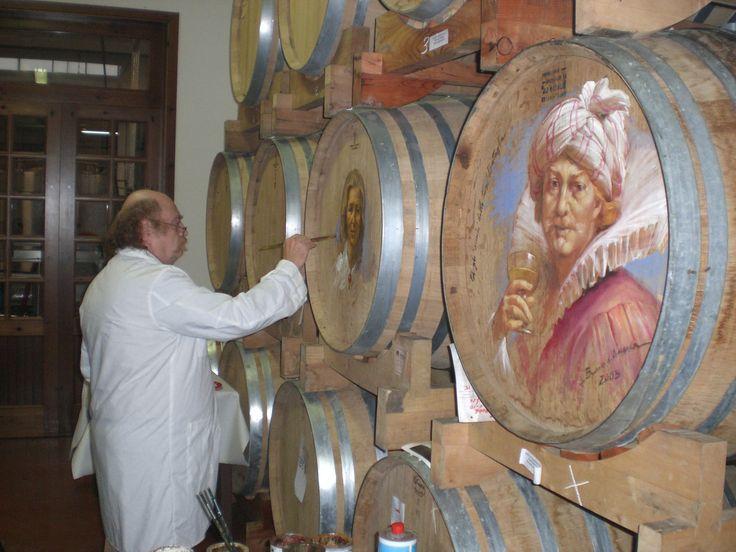 Bruno d'Arcevia mentre dipinge le botti Fazi Battaglia