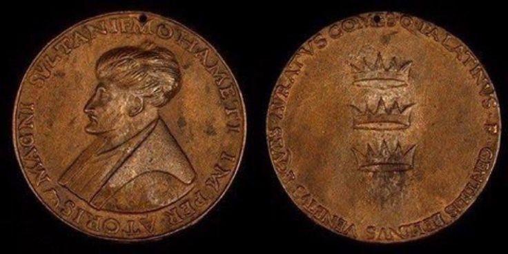 Fatih Sultan Mehmet Han adına Floransa dükü Lorenzo de' Medici tarafından bastırılan madalyon.. Üç taç: Batı Roma, Doğu Roma ve Osmanlı.