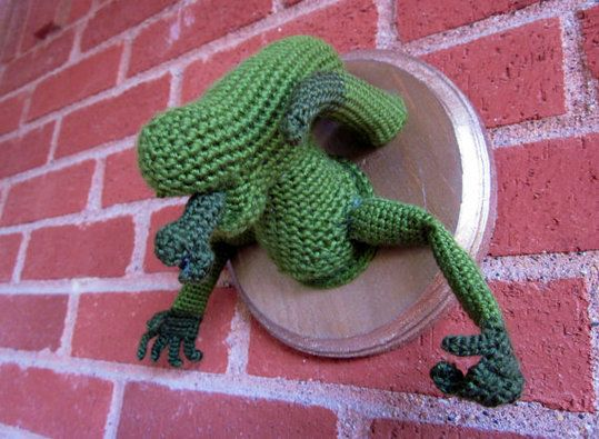 Crochet Wall-mounted Xenomorph. I wish I had a fireplace over which to ...