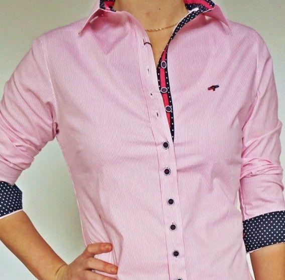 Koszula damska zapinana na guziki. Biało-różowe podłużne paski. Dwie zaszewki na plecach i dwie od pachy do biustu doskonale podkreślają kształt kobiecej figury. Materiał jest lekko elastyczny.