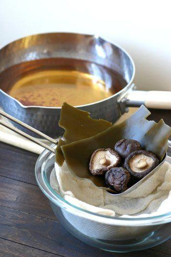 八方だしは、昆布・鰹節・椎茸などの出汁に醤油・みりん・酒で味をつけたもの。忙しい方にこそ使って欲しい、和食になんでも使える万能調味料です。