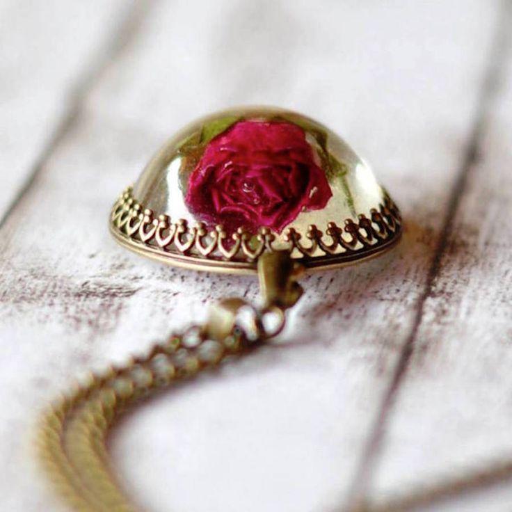 Delicate Necklaces Preserving Flowers in Their Pendants – Fubiz Media