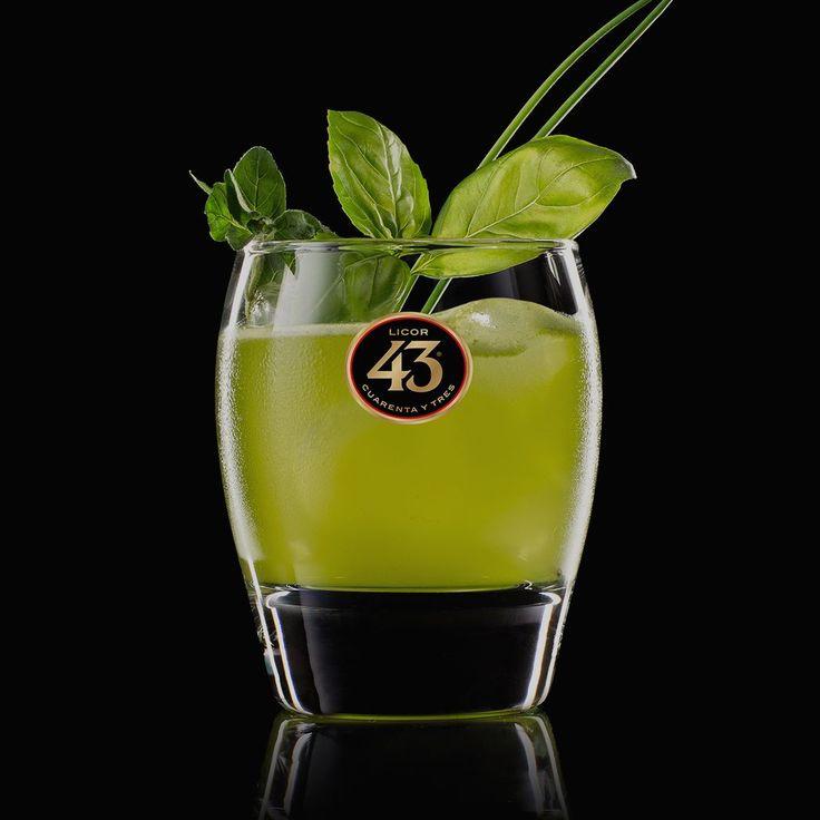 De Basel Licor Smash 43 een cocktail van Licor 43 met verse basilicum en citroensap. Een zachte en frisse cocktail, met een Italiaanse twist.