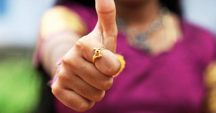 Cómo hacer un anillo de humor para niños que cambie de color naturalmente. Los anillos de humor, que usaban papel termotrópico sensible al calor combinado con piedras preciosas de vidrio, fueron desarrollados por Marvin Wernick en la década del sesenta. Siendo bastante populares en la década del setenta, Wernick anunció que estos anillos medían el humor y cambiaban de color según tu temperatura corporal. Por ejemplo, el ...