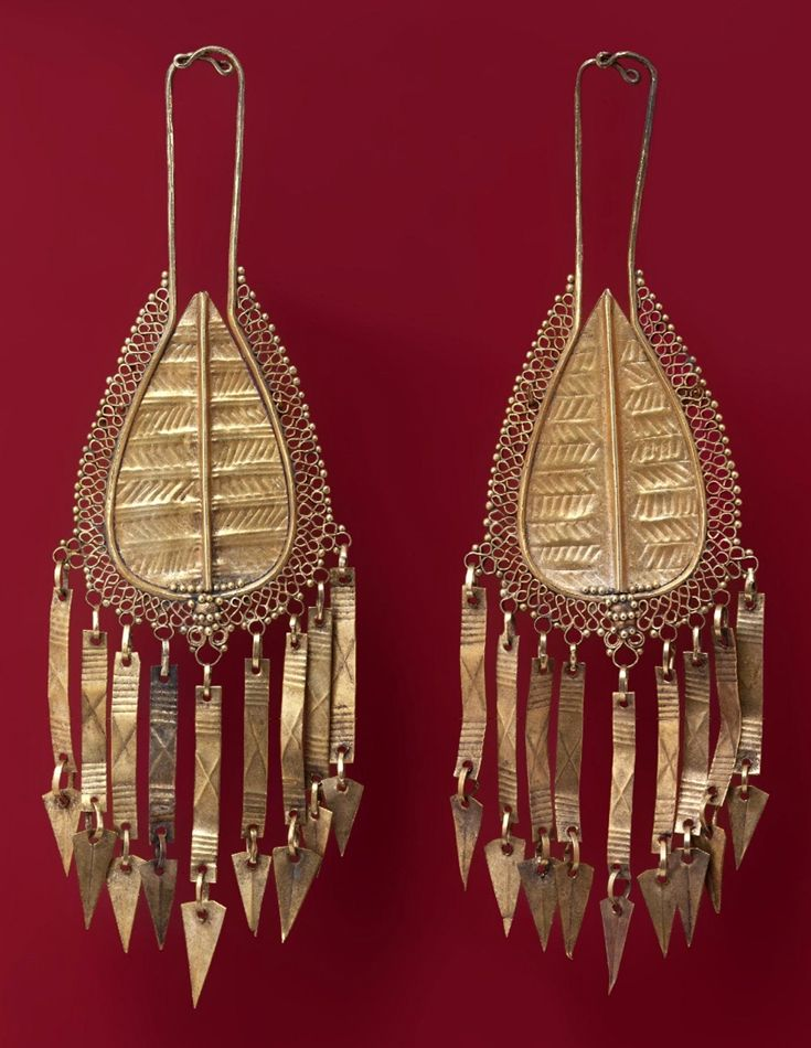 Indonesia ~ Flores | Earrings; gold | Early 20th century ||| {GPA}