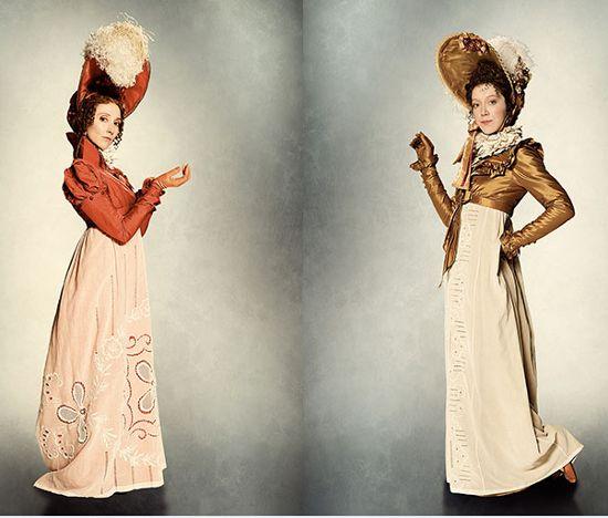 """Anne y Astrid con chaquetas """"Spencer"""", a juego con capotas adornadas de grandes plumas, todo en colores vivos. Vestuario ambientado en el Primer Imperio, creado por Pierre-Yves Gayraud para """"La Bella y la Bestia"""" (2014)"""