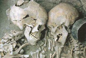 En uno de los enterramientos se encontraron dos esqueletos juntos pertenecientes a un hombre y una mujer que estaban en posición fetal uno frente al otro lo que hace pensar que había creencias amorosas y recibieron el nombre de ``los enamorados de Galera´´.