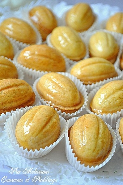 El Djouza - Algerian cakes shaped like walnuts, cooked in a special pan.