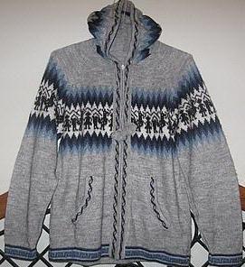 eine bequeme strickjacke aus alpakawolle mit kapuze das alpaka design ist typisch f r die. Black Bedroom Furniture Sets. Home Design Ideas