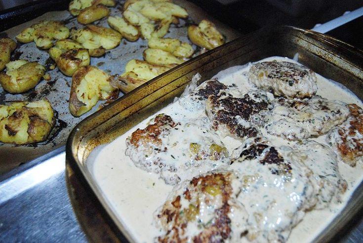 Det var fler på min instagram som undrade om recept på kycklingfärs-biffar kycklingburgare i dragonsås som jag lagade i fredags, med smashed potatoe.