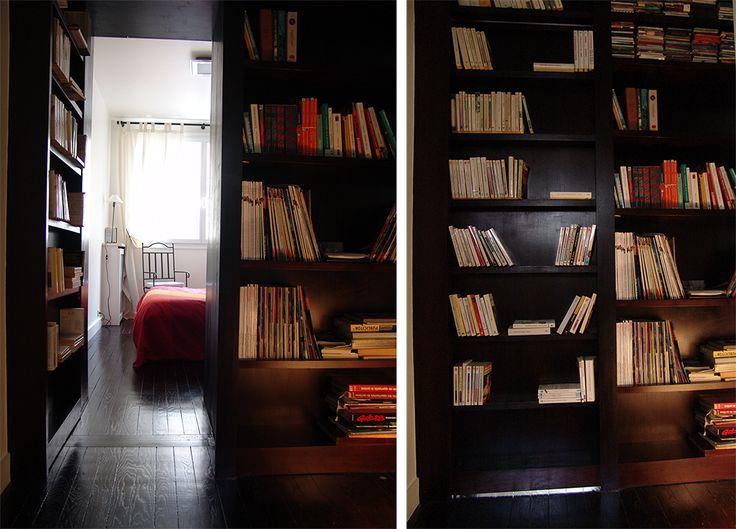 Une porte habillée d'étagères, est dissimulée dans la bibliothèque du couloir pour permettre l'accès à la chambre parentale.