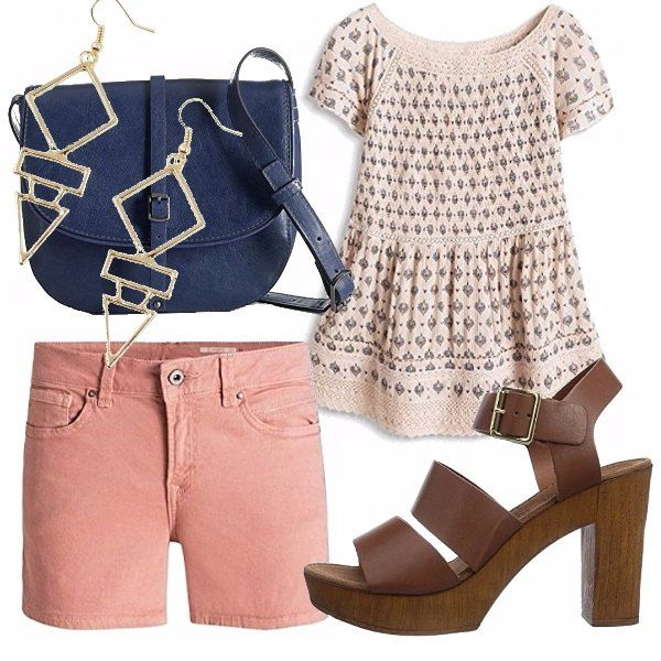 Camicetta fantasia e shorts color salmone, sandalo in legno testa di moro, tracolla blu navy e orecchini geometrici. Una combinazione easy per tutti i giorni.