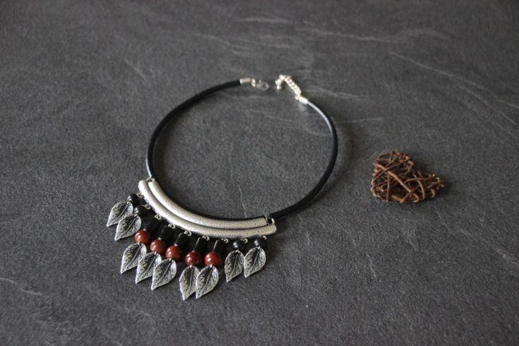 Collier plastron ethnique bohème, cuir, métal argenté, perles de bois ébène, céramique raku, breloque feuilles de la boutique PerlicotiPerlicoton sur Etsy