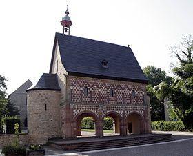 L'abbaye de Lorsch, fondée en 764 fut construite à la périphérie de la ville de Lorsch (Allemagne, Hesse) dans la plaine du Rhin et devint un important centre culturel au Moyen Âge. Seul subsiste son Torhalle (Porche-entrée) qui est l'un des plus importants vestiges de l'architecture préromane en Allemagne et date du milieu du ixesiècle.