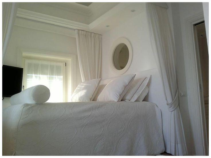 Casa al mare. L'oblò dà sulla doccia della camera da bagno. Sebbene quest'ultima sia dotata di finestra, è stato creato l'oblò per aver la vista mare da tutte le stanze.