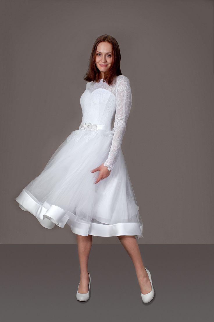 Короткое свадебное платье в стиле ретро. Длинный рукав, кружевной корсет, ватиновая юбка.