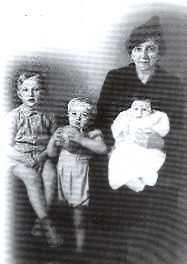 """Margarita Venter met haar kleinkinders: Gerardo P.B, Juan Augusto en Esther Petronila Myburg in Argentinië, se nuwe land. Afkomstig van die boek """"In die Gront van die wint; laaste treek van die Boere""""."""