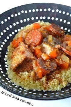 Pour 4 à 6 personnes: 1 bon kg de sauté de porc taillés en gros cubes 1 oignon 2 carottes 1 branche de céleri 150 g de chorizo fort en rondelles 1 marmite de bouillon de légumes (ou un cube émietté) 1 petite boîte de concentré de tomate 10 cl d'eau 15 cl de vin rouge gomasio 1 branche de thym
