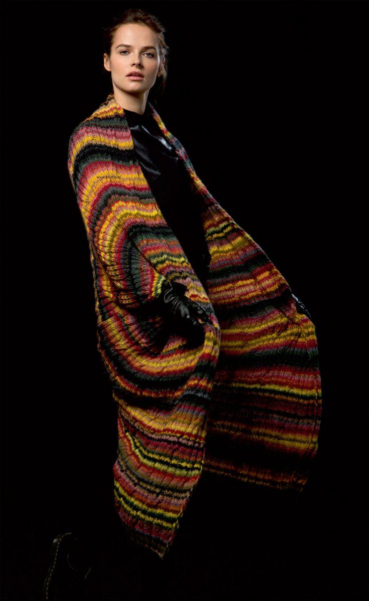 Breien. Deze prachtige en zeer kleurrijke mantel maak u met LANG Yarns Viva. Deze mantel kan in een korte of lange versie gedragen worden. Zie de foto's. Viva is een puur merinogaren, zoals de Merino 120, maar dan meerkleurig in strepen. 100% Merino wol garen dat heerlijk zacht aanvoelt. De draad is elastisch en geeft een vormvast breisel.  Model en patroon staan beschreven in het patronenboek FaM 237 Viva (Model 9). FAM_237_Viva-13.jpg