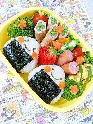 「簡単キャラ弁☆ニコニコおにぎりのお弁当♪」忙しい朝も短時間でいつもの三角おにぎりがニコニコちゃんに変身~♪2012年 年間人気レシピランキング 第3位ありがとうございました!【楽天レシピ】