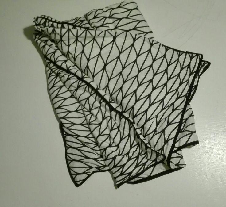 Tyngdetæppe med betræk. På billigt bomuldslærred udmåles felter af 10x10cm. Sy på langs og fyld de enkelte felter med plastgranulat i takt med at du syer stoffet sammen. Til sidst betrækkes tæppet og syes med kantebånd som finish. Måler 100x140cm og vejer 4 kg. Plastgranulat og kantbånd købt i stof og stil, tekstil i ikea.