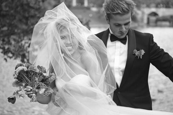 TURTELDUER: Lars var iført smoking fra House of Singles, som han kjøpte dagen før bryllupet, og fløyelssko fra Acne. Foto: Truls Qvale