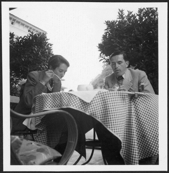 Erika und Golo Mann beim Essen