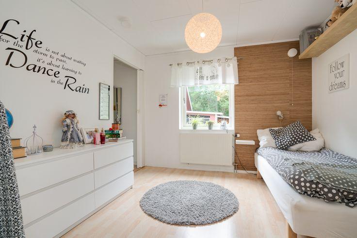 Sovrummet ligger i fil med ett annat och mellan rummen finns garderober och plats att fixa till sig - en tonårsdröm!