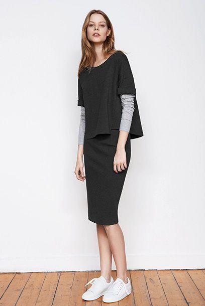 Look femme T-shirt manches longues et jupe crayon mi-longue