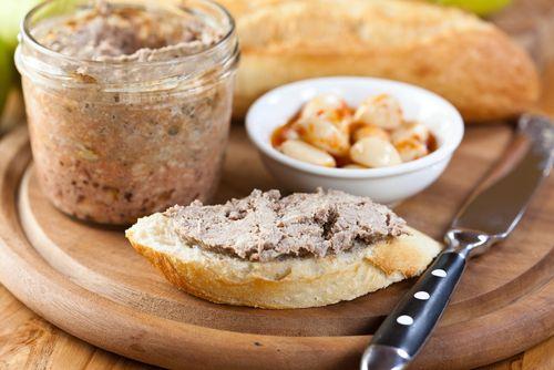 1 kg králičích hřbetů, 1 cibule, 3 stroužky česneku, asi 4 kuličky nového koření, asi 6 kuliček pepře, cca 3 bobkové listy, 2 feferonky, 150 g vepřového bůčku, 150 g libového vepřového masa, 5 rohlíků, asi 1/4 l mléka, 150 g slaniny, 3 žloutky, trochu mletého muškátového oříšku, sůl, mletý pepř