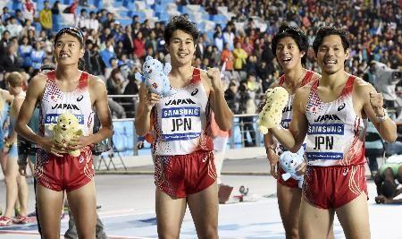 男子1600メートルリレーで金メダルを獲得し、笑顔の(左から)加藤、飯塚、藤光、金丸=仁川(共同) ▼2Oct2014共同通信|男子1600メートルリレーで金 アジア大会陸上 http://www.47news.jp/CN/201410/CN2014100201002144.html
