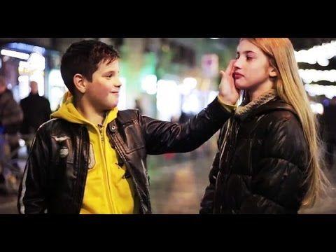 Ils ont demandé à un garçon de frapper une fille. Clip drôle et émouvant. - YouTube