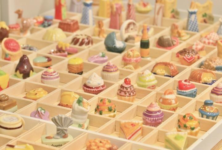 ※こちらの記事は2016年1月8日に公開されたものです  フランスでは毎年1月6日に「エピファニー」というキリスト教の記念日があり、ガレット・デ・ロワというお菓子を食べるのが慣わし。 このガレット・デ・ロワの中に忍ばせて、おみくじのように楽しむのが陶器のミニチュア「フェーブ」です。 このフェーブだけを集めたというお店を大阪で見つけました。