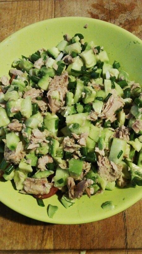 Green evening. Salat s vysokym obsahem tuku. Konzerva tunaka 130g masa (olej nebo vodu odlivam a pouzivam pannensky olivovy),  oloupane zrale avokado, 1/3 okurky, 2 cherry rajcatka, 2 jarni cibulky.Vse nakrajim na kosticky, pulky, smicham a dochutim soli nb peprem. Vecerim bez prilohy, budete se citit tak lehci ze muzete vyrazit behat.