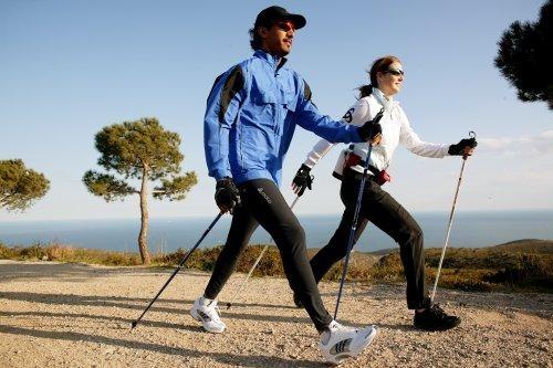 W porównaniu do zwyczajnego marszu, nordic walking angażuje stosowanie siły do kijków z obu stron, dlatego osoby uprawiające nordic walking w większym zakresie, choć mniej intensywnie, angażują mięśnie ciała. Mięśnie (m.in. klatki piersiowej, tricepsy, bicepsy, ramion i brzucha) są również inaczej stymulowane niż w zwykłym marszu.