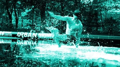 Urban Skim Park — Nordic Outdoor. Testa skimboard på Nordic Outdoor!  Med en skimbord, som är en blandning av en surfbräda och en skateboard, tar du några snabba steg mot vattenbrynet och hoppar sedan på brädan. När du fått till tekniken det kan du få riktigt långa åk och kanske till och med ett hopp.