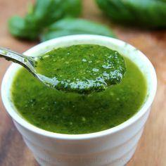 Receta para preparar salsa de albahaca con ajo y aceite de oliva. Este aceite de albahaca fresca es ideal para usar en ensaladas, con verduras o para servir como aperitivo con pedazos de pan.