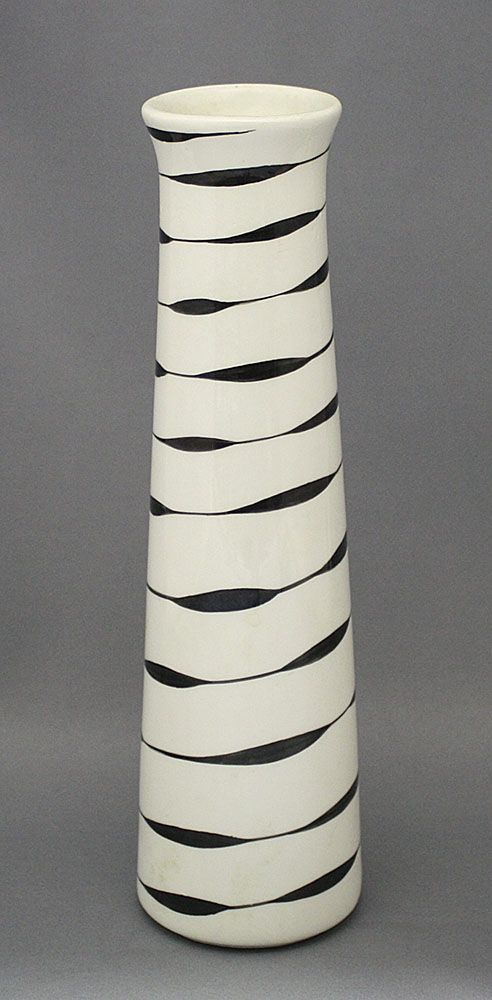 Finland, Arabia, 1950s.  Neat concept for a pattern.  Reminds me of Halloween mummy bandages.