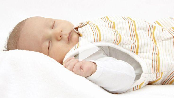 Quengelnde und weinende Kinder auf langen Autofahrten kennst Du nur zu gut? Mama Isabel hat deshalb den Baby-Schlafsack im Video getestet.