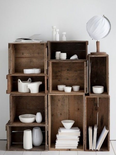 indretning: Nice interior styling with wooden boxes and white ceramics