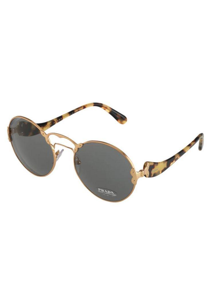 Prada. Sonnenbrille - gold. #sunglasses #sonnenbrillen #fashion #zalandoDE Breite:14 cm bei Größe 57. Bügellänge:14 cm bei Größe 57. Stegbreite:2.1 cm bei Größe 57. UV-Schutz:ja. Brillenform:oval. Brillenetui:Hartschale