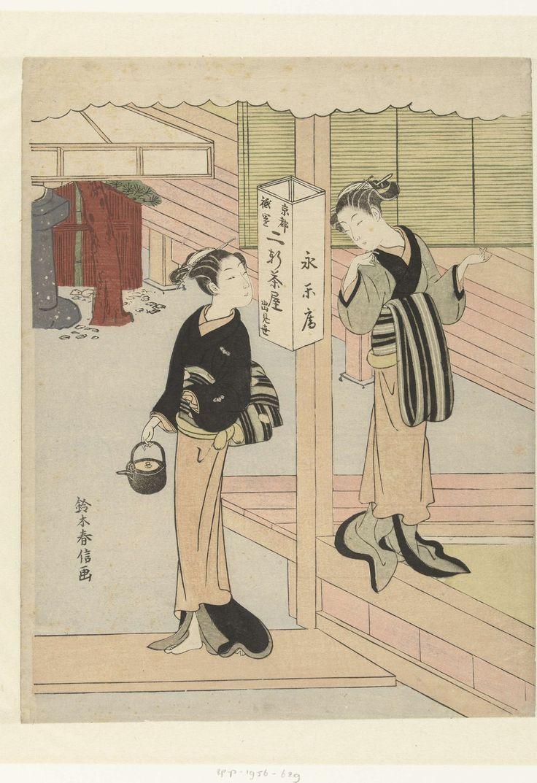 Suzuki Harunobu | Twee serveersters van het Eirakuya theehuis in Gion, Kyoto, Suzuki Harunobu, 1765 - 1770 | Twee vrouwen, één met sake ketel in rechter hand, de ander staand in open kamer, met elkaar pratend bij witte papieren lantaarn waarop de naam en locatie van het theehuis.