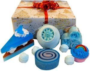 Composition cadeau pour le bain dans les tons de bleu et au parfum d'océan, fruits rouges. #coffret #cadeau #bleu #bain #savon_gâteau #cupcake #bombedebain