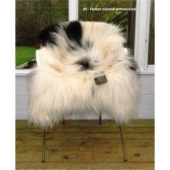 Nr. 5 Plettet lammeskind XL - Fri fragt Plettet lammeskind fra Island Nu har du mulighed for at købe dette smukke, fyldige islandske lammeskind med helt unikt farvespil af hvid og sort i det smukke uld. Pynter fint i stolen, sofaen eller sengen. Få et varmt og blødt sæde ved at sidde i et lammeskind på sofaen Størrelse: 130 cm x85 cm. Pris 799,-
