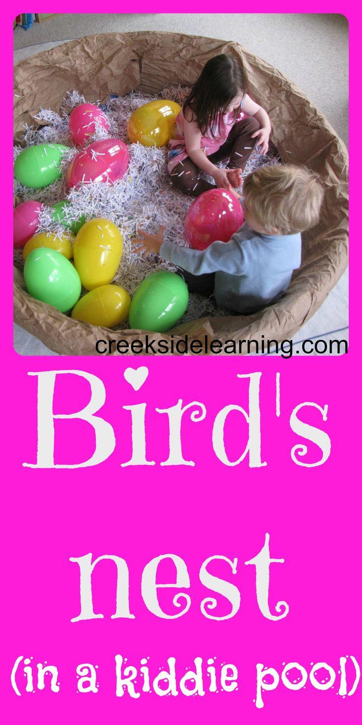 Maak van je huishoek een vogelnest met een ingepakt zwembadje, stro en grote eieren van plastic of zelfgemaakt met ballonnen en papier maché