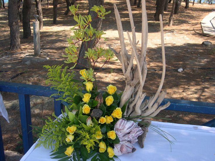 Δεξιωση γαμου στολισμός στο τραπέζι.φρέσκα άνθη με θαλασσόξυλα..Δεξίωση   Στολισμός Γάμου   Στολισμός Εκκλησίας   Διακόσμηση Βάπτισης   Στολισμός Βάπτισης   Γάμος σε Νησί & Παραλία.Driftwood Centerpiece, Driftwood Candle Holder