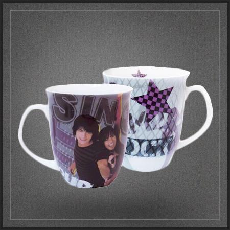 Mug tasse Camp Rock des Jonas Brothers. Un chouette mug des films de Disney à l'effigie de Joe Jonas et Demi Lovato.